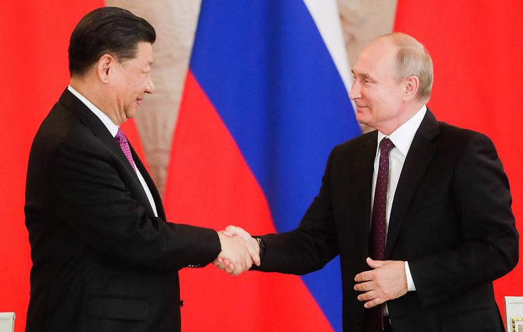 Владимир Путин принимает участие в церемонии награждения Си Цзиньпина. Видеотрансляция