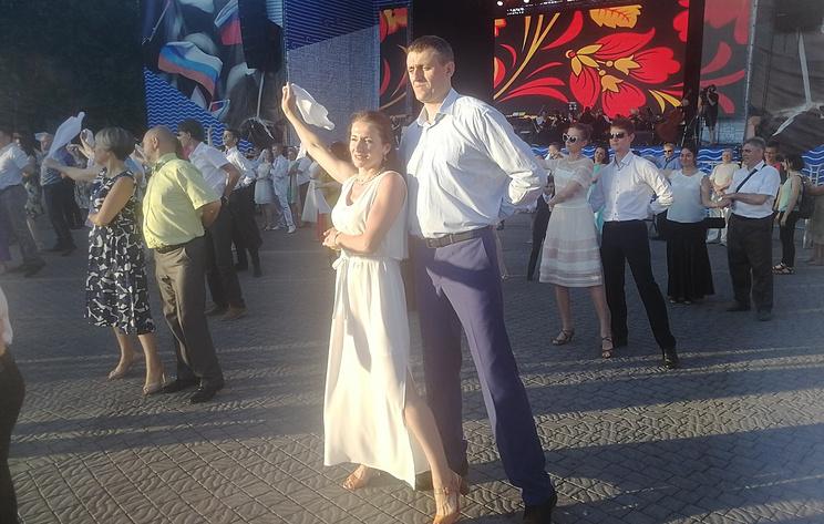 Около 200 пар станцевали на общегородском балу на главной площади Севастополя