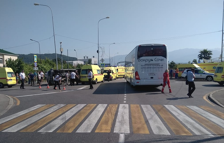 Число пострадавших при столкновении двух туристических автобусов в Сочи достигло 26