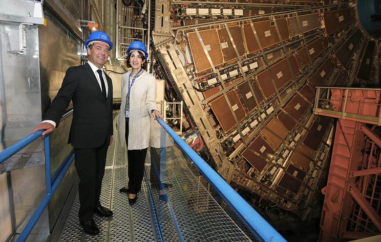 Медведев впечатлен осмотром Большого адронного коллайдера