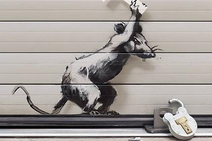 Бэнкси нарисовал новое граффити на арке лондонского аэропорта