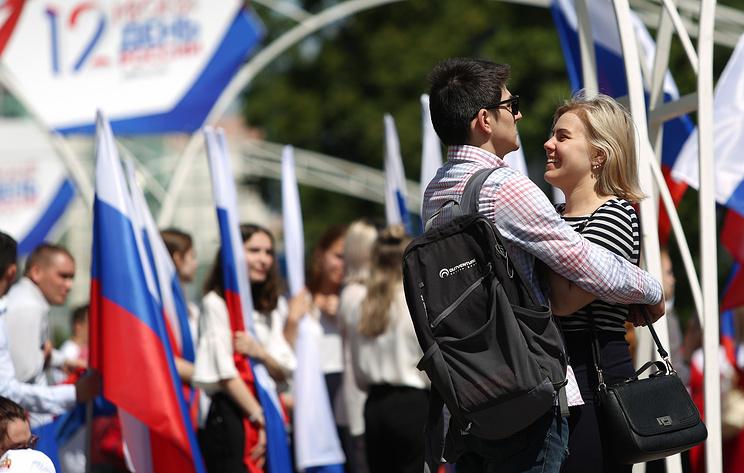 Праздник в цветах триколора. Многометровые флаги России развернули 12 июня по всей стране