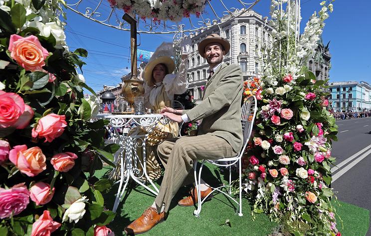 Цветочный парад и народные танцы. Как в Петербурге отмечают День России