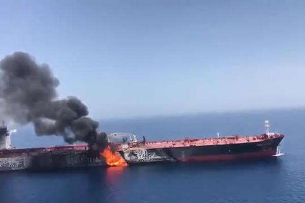 Появилось видео горящего танкера в Оманском заливе