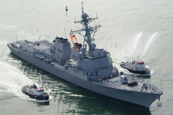 ВМС США направили в Оманский залив ракетный эсминец для защиты танкеров