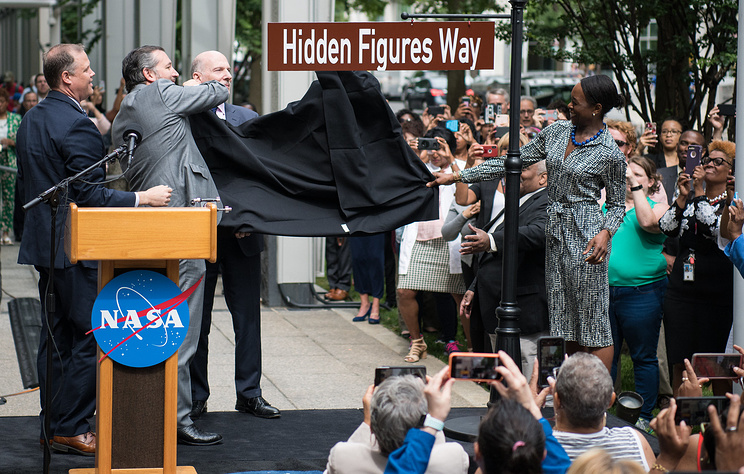 """Улицу, где находится штаб-квартира NASA, """"переименовали"""" в честь женщин-математиков"""