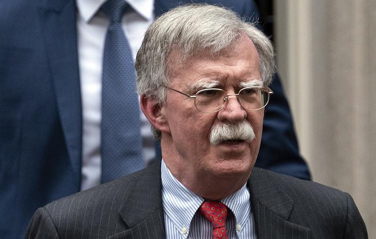 Болтон утверждает, что Мадуро заключил с Россией оборонный контракт на $209 млн