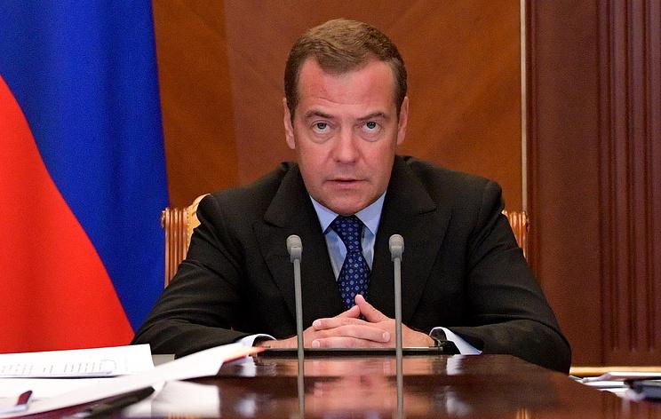 Медведев потребовал разобраться с сообщениями о росте цен на бензин