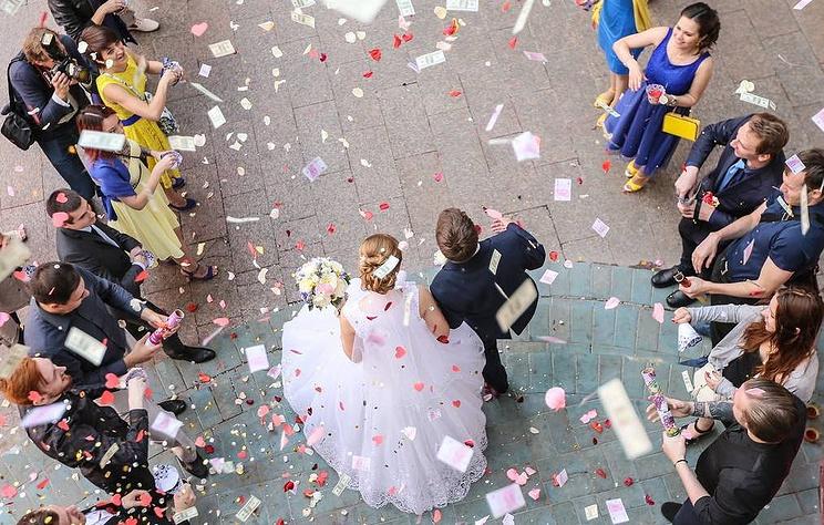 ВЦИОМ: большинство россиян считают обязательной официальную регистрацию брака