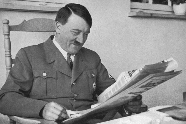 Россиянин решил продать открытки с Гитлером и поплатился