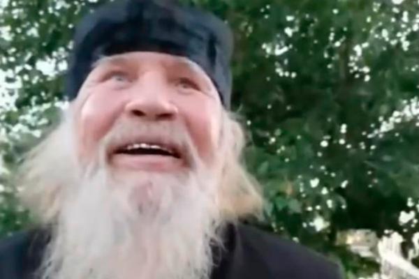 Пьяный россиянин в рясе обматерил прохожих и обещал убить снявшего его на видео