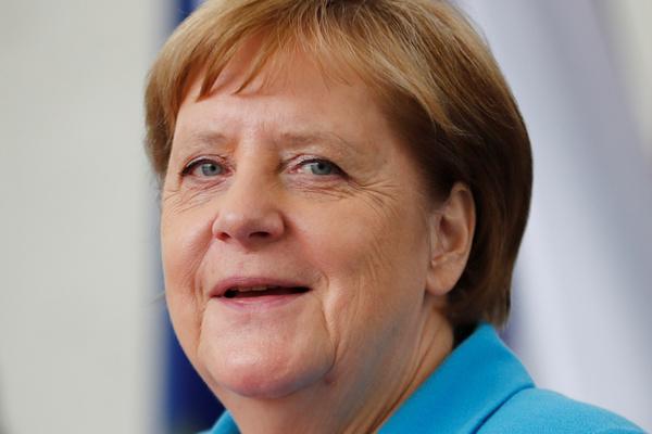 Стали известны слова Меркель во время приступа дрожи