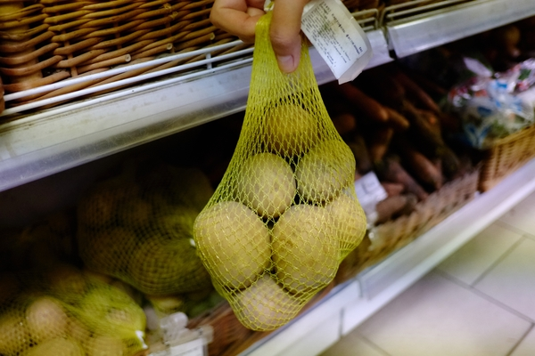 Россияне стали тратить на еду почти половину своего дохода