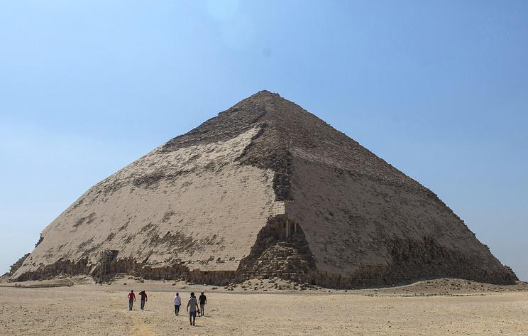 """В Египте открыли для посещения """"ломаную"""" пирамиду"""