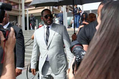 «Секс-рабыни» певца Ар Келли выступили в его поддержку и собрались в суд