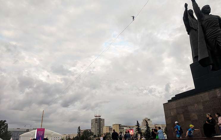 Спортсмен из Германии прошел почти 1 км по натянутому канату над площадью в центре Перми