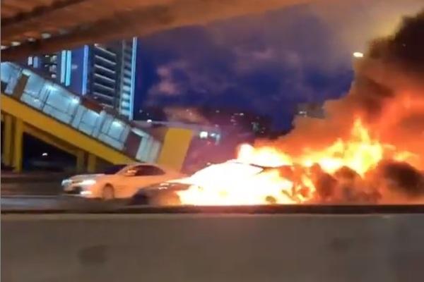 Tesla загорелась после аварии на МКАД и попала на видео