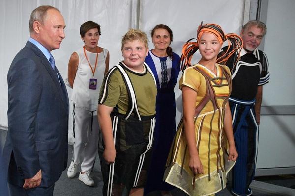 Юные актеры поскользнулись и упали на сцене перед Путиным