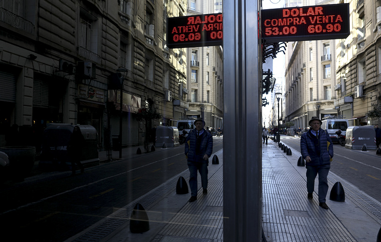 "S&P понизило рейтинг Аргентины с уровня ""B"" до ""B-"" с негативным прогнозом"