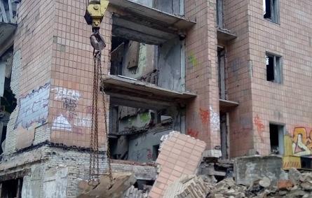 В Подмосковье обрушилось здание бывшего детского лагеря. Под завалами могут быть люди