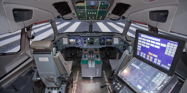 """""""Это не игра, тут все реально"""". Как тренажер лайнера Sukhoi Superjet 100 помогает пилотам"""