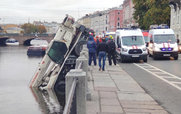 Автокран упал в реку в центре Петербурга