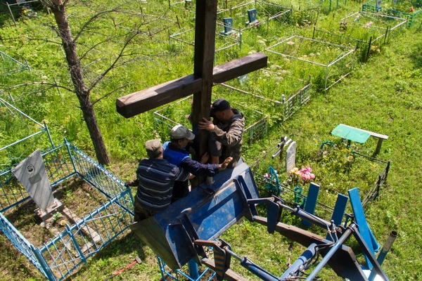 Россияне закатали в бетон семейную могилу и сказали пенсионерке «бояться бога»