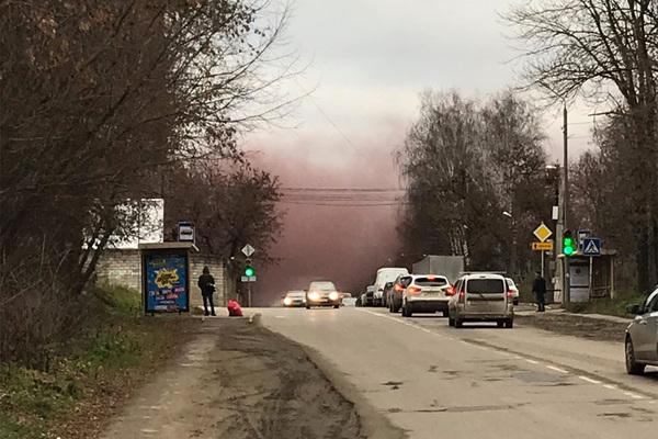 Окутавший российский город сиреневый туман засняли на видео