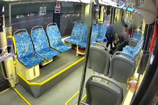 Пьяный россиянин избил беременную женщину в трамвае