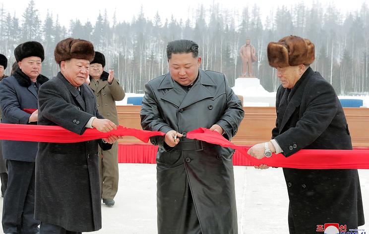 Ким Чен Ын провел церемонию завершения крупнейшей в КНДР стройки в Самчжиёне