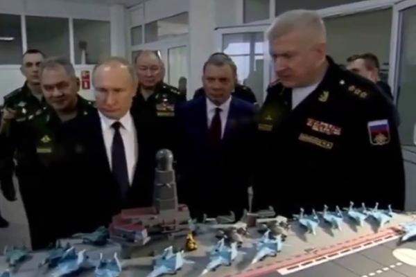 Путину показали макет российского авианосца