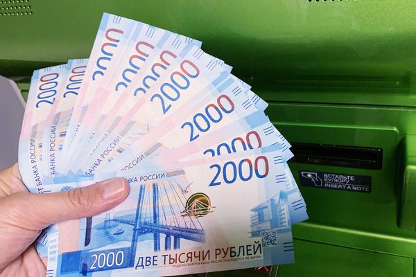 Названа вероятность заразиться коронавирусом от денег из банкомата