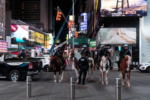 В Нью-Йорке почти сто полицейских заразились коронавирусом