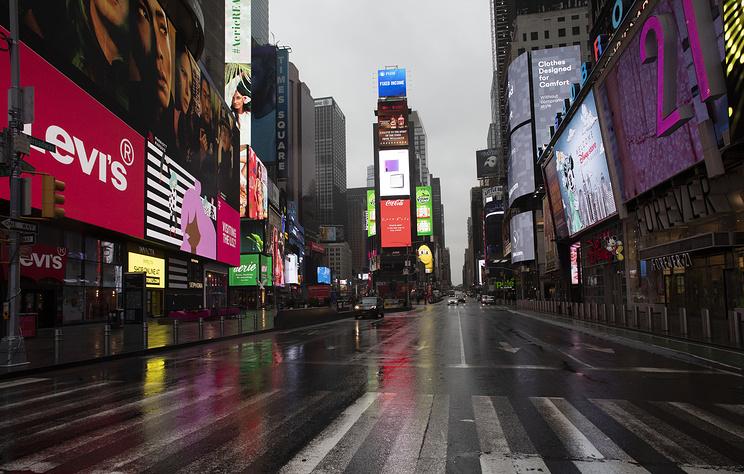 Нью-Йорк опустел, но редкие прохожие не унывают и делятся антисептиками