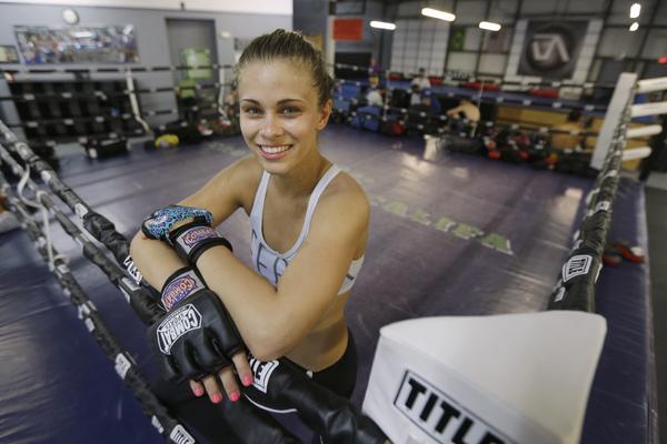 Девушки-бойцы MMA устроили флешмоб с переодеваниями