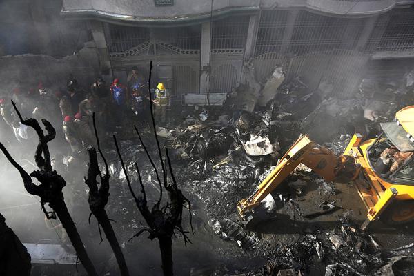 Число погибших при авиакатастрофе в Пакистане возросло