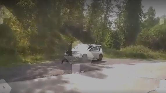 Россиянин зарезал жену на дороге под крики закрытых в машине детей