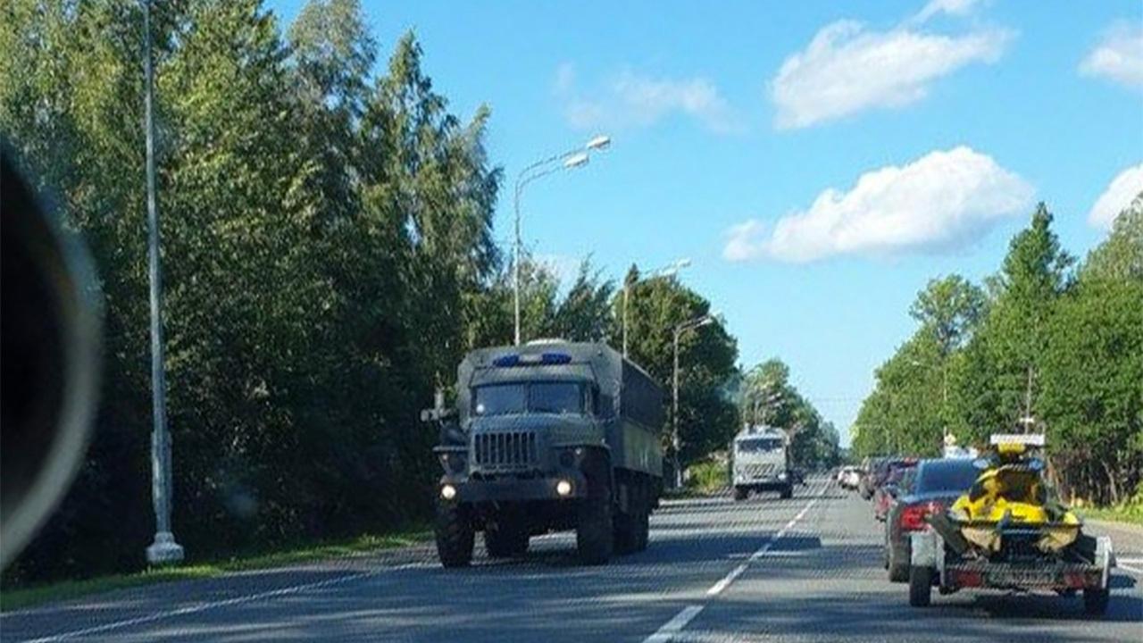 На пути из Петербурга к границе Белоруссии заметили десятки «Уралов» без номеров