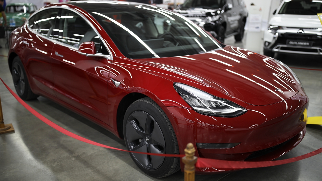 Акции Tesla потеряли одну пятую стоимости