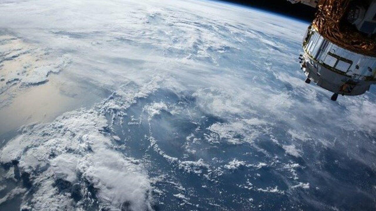 «Роскосмос» предупредил о возможном столкновении МКС со спутником США