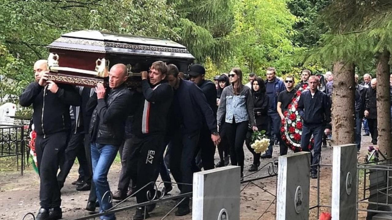 Сотни россиян пришли на похороны вора в законе Зятька
