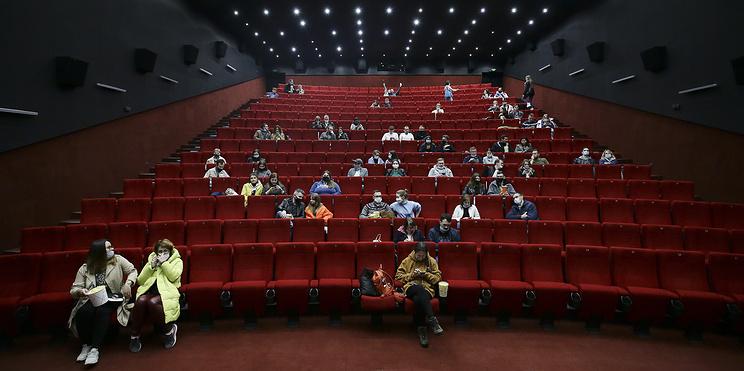 Зрители вернулись в кино, вторая волна в Европе. Главное о коронавирусе за 13 сентября