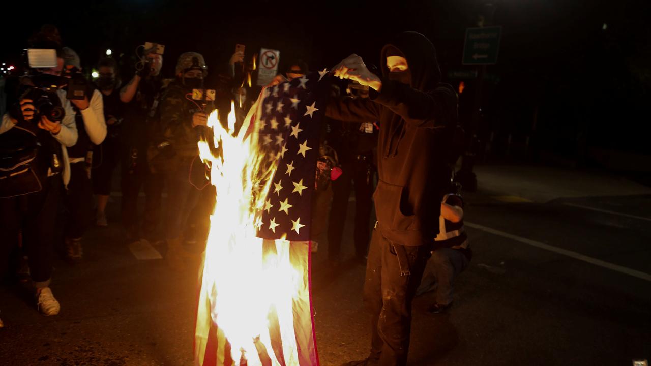Протестующие в США повалили статуи Линкольна и Рузвельта