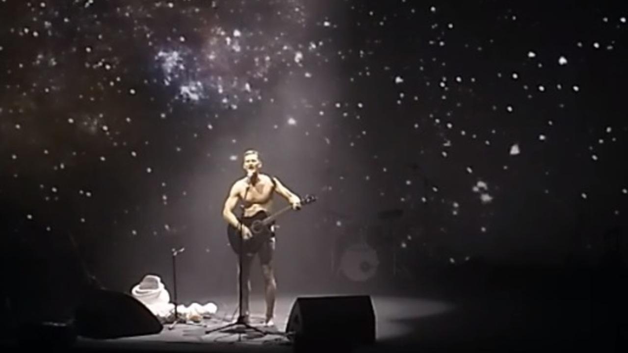 Участник российского арт-фестиваля разделся на сцене