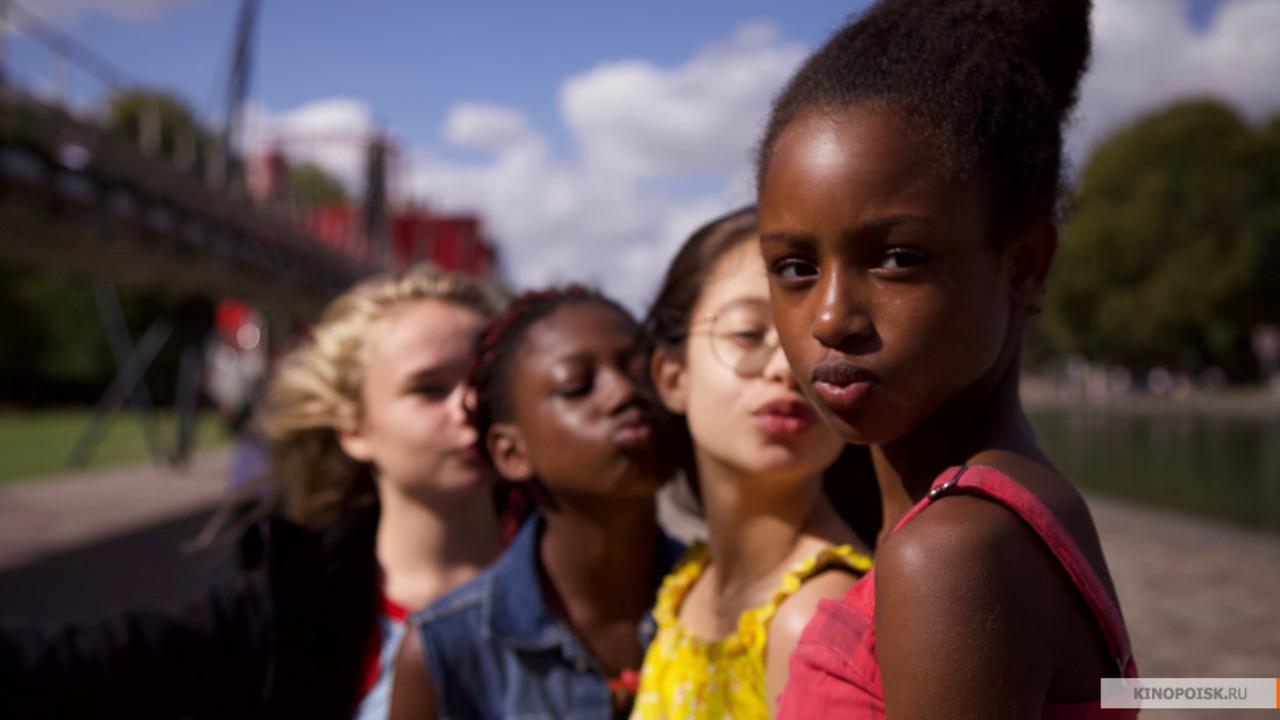 Фильм о тверкающих школьницах привел к массовым отпискам от Netflix
