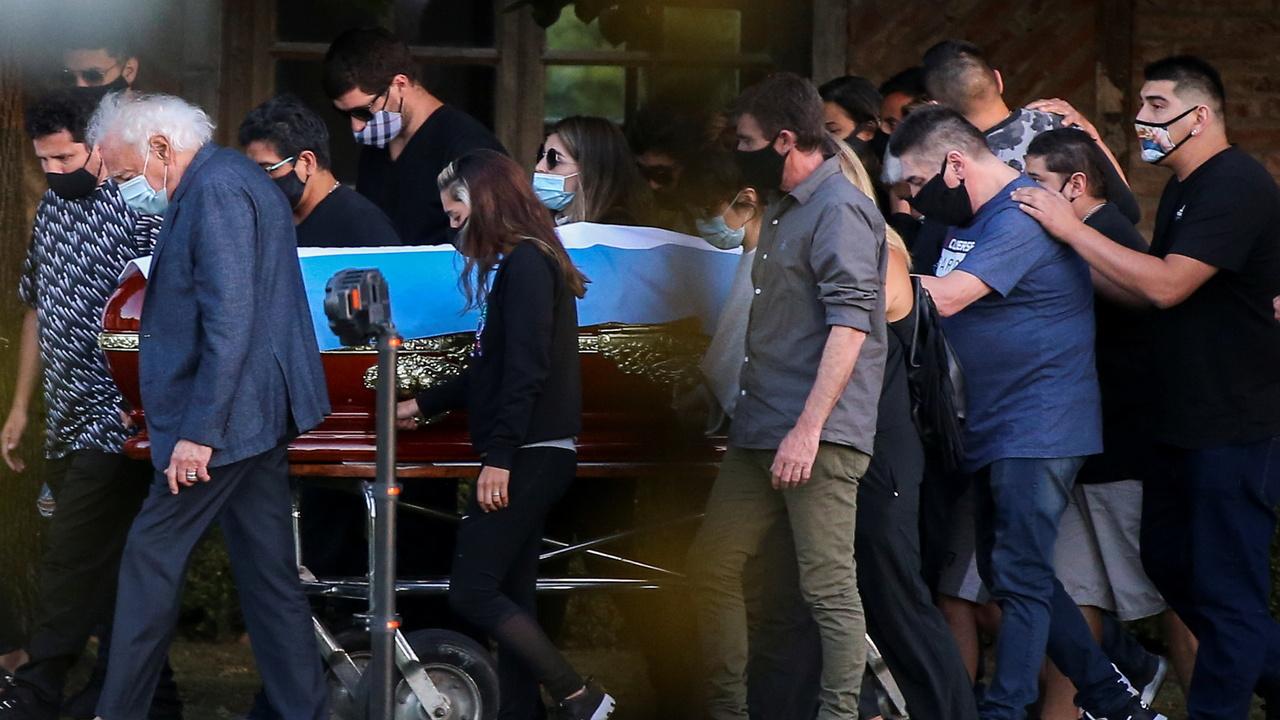 Марадону похоронили с его родителями