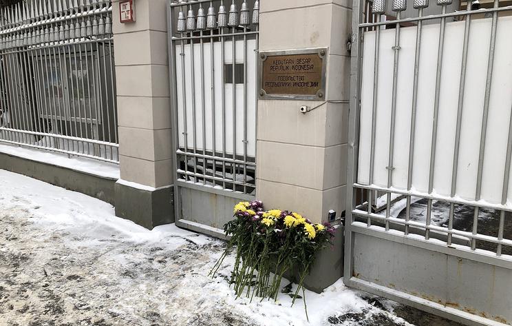 У посольства Индонезии в Москве появились цветы в память о жертвах крушения Boeing