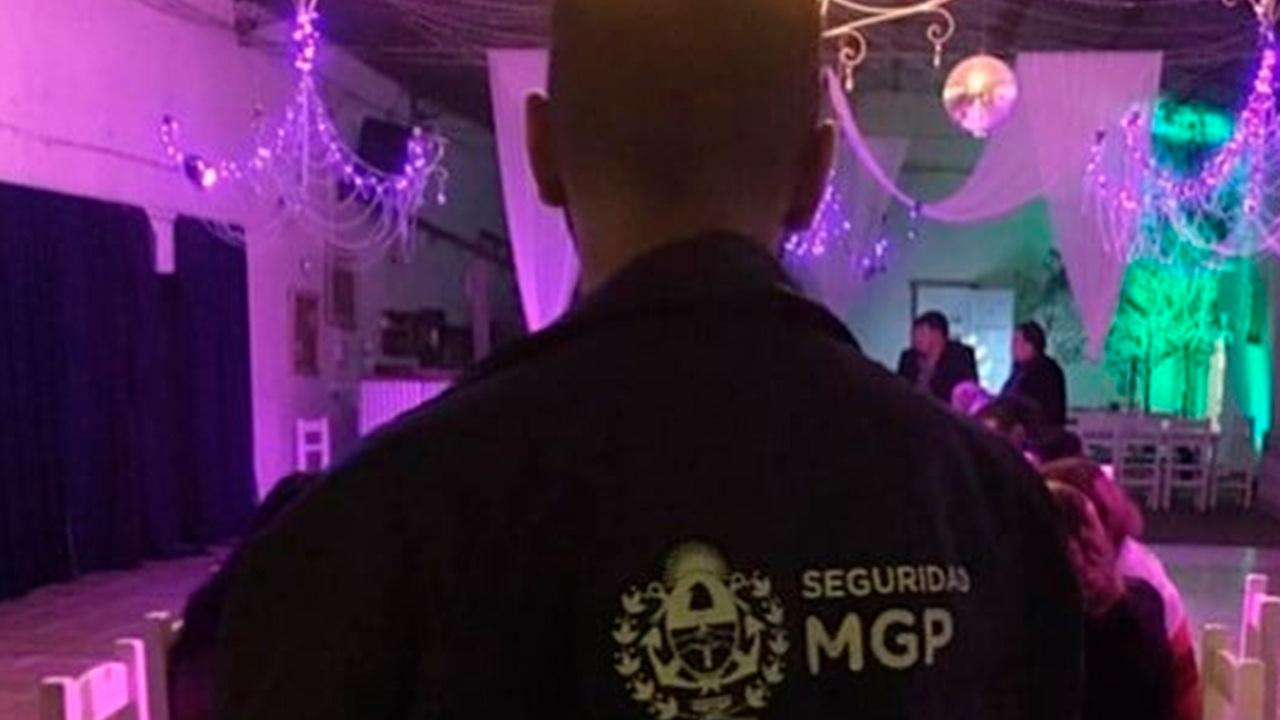 Полицейских приняли за стриптизеров во время разгона подпольной секс-вечеринки