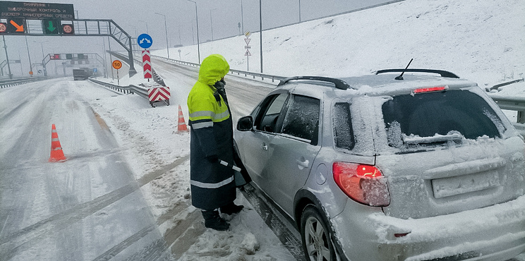 Снега по багажник. Аномальный снегопад заблокировал движение транспорта на юге России