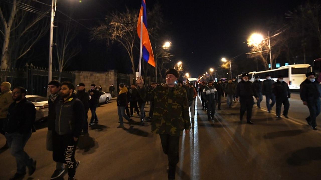Участники митинга за отставку Пашиняна заблокировали здание полиции в Армении
